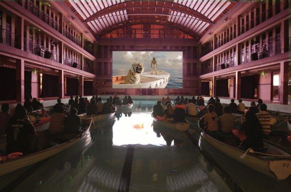Мем: Обычный кинотеатр в Венеции, Гексоген