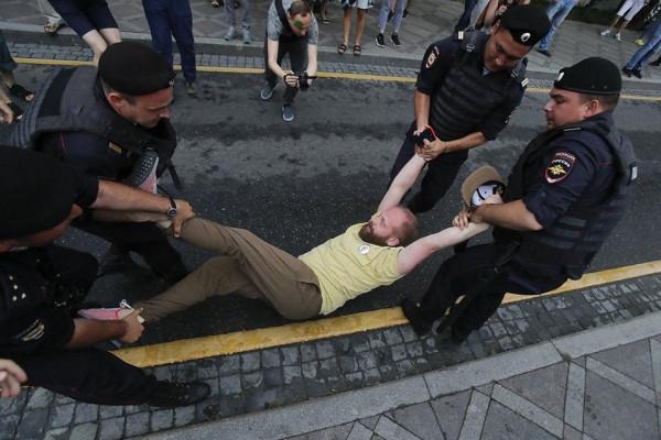 Мем: Полицейские несут россиянина на празднование Дня России в Кремль, Andrews