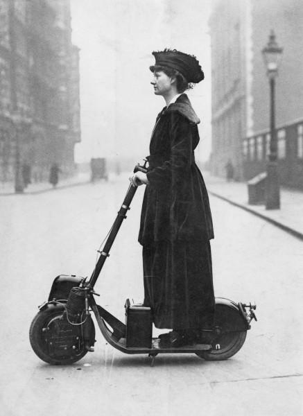 Мем: Леди Норман на своем скутере Krupps в 1916 году. Подробности в источнике, RRaf
