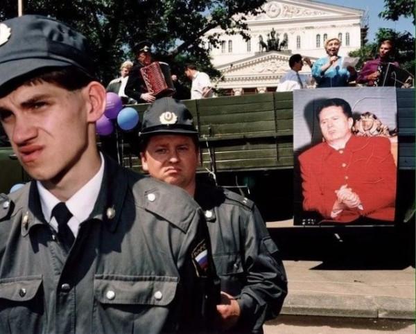 Мем: 1996 год. Россия того времени в одной картинке. Прекрасно всё!, Комммунист