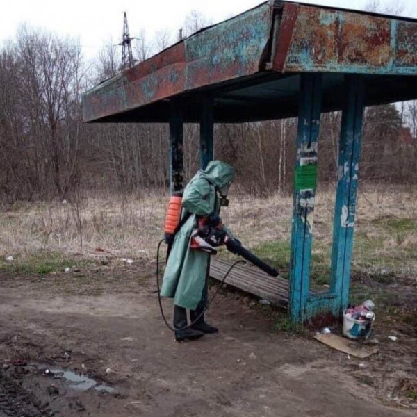Мем: Дезинфекция автобусной остановки в провинциальной России проходит так, будто бы у вируса был шанс там выжить. Говорят, это Торжок Тверской области.