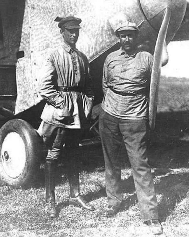 Мем: Два авиаинженера Сикорский и Калинин. Сикорского знают во всём мире, потому что он успел уехать в Америку, а Калинин решил остаться и поработать на благо Отчизны. И что стало с Калининым в 1938 вы, вероятно, догадываетесь.