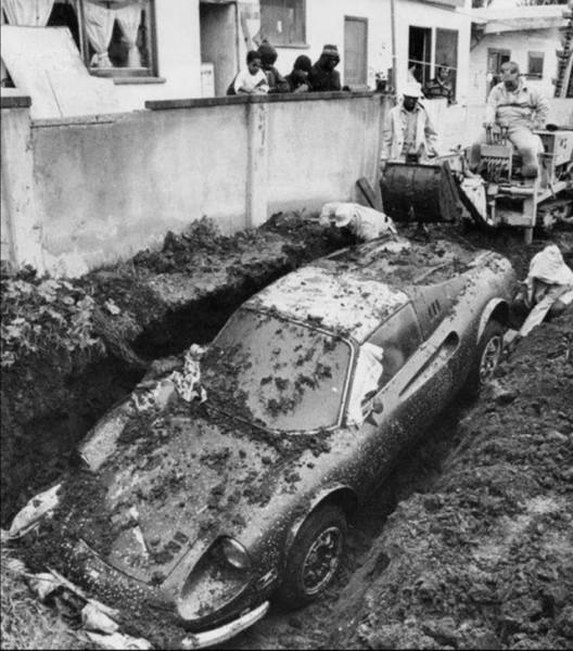 """Мем: """"Эксгумация"""" украденной Феррари. Изобретательный вор продержал ее в земле целых 4 года. Лос-Анджелес, 1978 год., Дед Макар"""