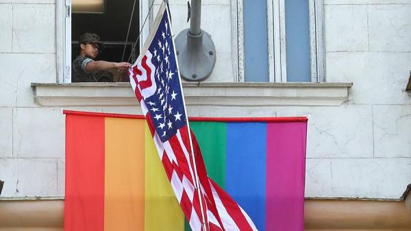 Мем: Генконсульство США в Екатеринбурге поддержало акцию с флагом ЛГБТ