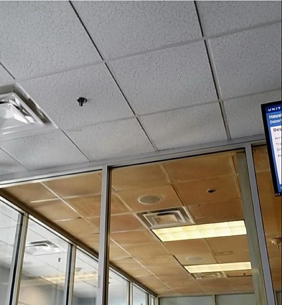 Мем: Аэропорт Вашингтон Даллес. Отгадайте по цвету потолка где комната для курящих, leva