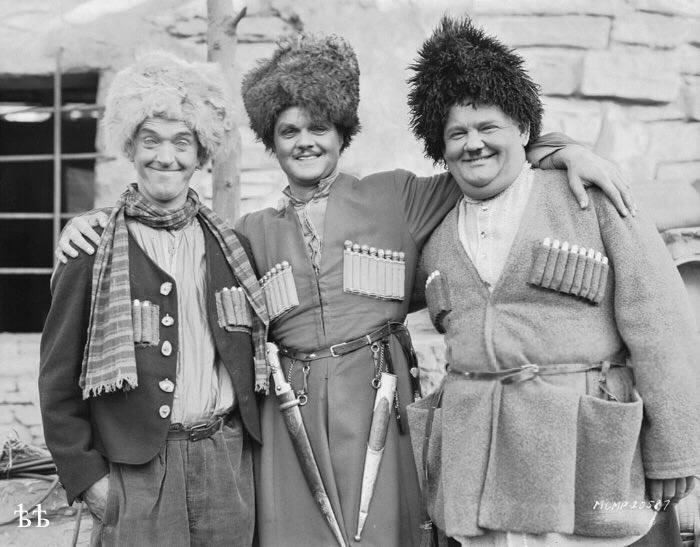 """Мем: Стэн Лорел, Лоуренс Тиббетт, Оливер Харди — персонажи из фильма """"Песня мошенника"""" (1930 г.), режиссеры Лайонел Бэрримор и Хэл Роуч. Фильм про то, как на Кавказе похищают девушку"""", комент"""