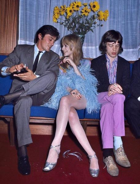 Мем: Ален Делон весело общается с Марианной Фейтфулл, девушкой Мика Джаггера, а тот грустно сидит рядом, 1968 год, Брюттон